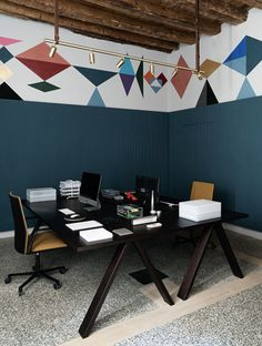 THE BOX / Milano with Kinesit chairs + Cross table by Arper