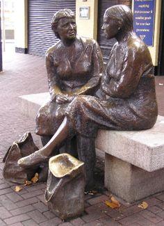 """Sep 201122admin 0Recorrido fotográfico de mis favoritos de estatuas y esculturas de Dublín Dublín está lleno de estatuas y esculturas maravillosas. Aquí hay un recorrido fotográfico de mis favoritos de mi viaje a Dublín en octubre de 2009. Lynott de la estatua de Phil se dio a conocer en 2005 en Harry Street, justo al lado de la calle Grafton. Recuerdo Phil Lynott de Thin Lizzy actuando en este musical de televisión """"Top of the Pops"""". El cantante y bajista murió en 1986 a la edad de 36 P"""