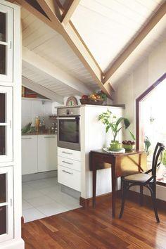 Precioso ático reformado con techos de madera blancos | #techos #madera…