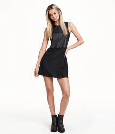 Sleeveless, figure-fit dress with an imitation leather upper section, seam at the waist, gently flared jersey skirt and a visible zip at the back of the neck. Unlined.