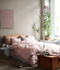 Mattrosa. Bettwäsche aus feinfädiger Baumwolle mit Musterdruck. Der Bettbezug wird unten mit verdeckten Metalldruckknöpfen geschlossen. Ein Kopfkissenbezug