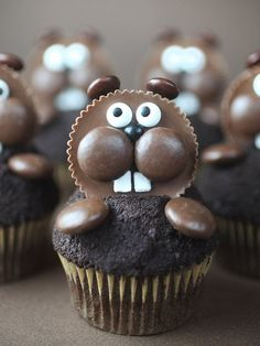 I made some cute chocolate cupcakes for you today. But because the cupcakes were mini, I was able to use chocolate chips to d Cake Pops, Cupcakes Cool, Ladybug Cupcakes, Kitty Cupcakes, Snowman Cupcakes, Holiday Cupcakes, Giant Cupcakes, Cupcake Recipes, Dessert Recipes