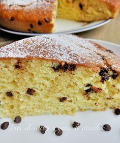 Torta di ricotta e gocce di cioccolato è una torta soffice, buonissima e amata da tutti soprattutto dai piccoli. Ottima per colazione e merenda.