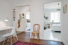 Una monada este piso sueco en de la ciudad de Gotemburgo. Pocos metros (sólo tiene un dormitorio), pero amplio a la vez. Aunque está en un edificio antiguo (1929) ha sido reformado varias veces y e…