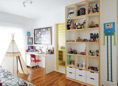No quarto de Pedro, tenda de índio da O Sorriso do Gato e estante para brinquedos. Na parede da escrivaninha, quadro com croquis de desenhos...