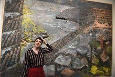 """La comissària Mery Cuesta davant de l'obra de Miquel Barceló, L'Amour fou, 1984. Col·lecció """"la Caixa"""" d'Art Contemporani"""