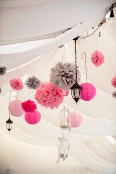 Plafon dekoráció esküvőre pompomokkal és lampionokkal - Wedding ceiling decoration with pompoms and lanterns