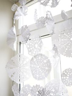 Paper snowflakes by Elisabeth Dunker / Fine Little Day, http://www.finelittleday.com/?p=2716