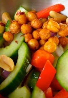 Frisse salade met kruidige kikkererwten komkommer en paprika.