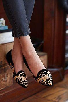 รองเท้าส้นเตี้ย สีดำ ปักทองด้านหน้า Joie