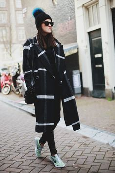 Wear a black and white plaid coat and black skinny jeans to pull together an interesting and current casual outfit. Up the style factor of this look by finishing off with a pair of mint athletic shoes. Fashion Blogger Style, Fashion Mode, Look Fashion, Street Fashion, Fashion Trends, Fall Fashion, Fashion Ideas, Carrie Bradshaw, Mode Style