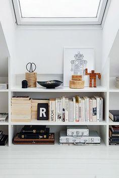 Wunderbar White Open Shelves With Books And Decor / Sfgirlbybay Dachgeschoss  Schlafzimmer, Wohnung Wohnzimmer, Garderobe