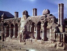 Castillo de Jirbat al Mafyar (Palestina, siglo VIII). Este palacio del desierto estaba decorado con pinturas y esculturas que representaban la figura humana, sobre todo al califa omeya al-Walid II, responsable de su construcción.