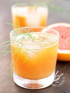Centrifugato di pompelmo e finocchio: un cocktail di vitamine e flavonoidi. Il pompelmo disinfetta l'apparato digerente e trasforma i grassi in energia.