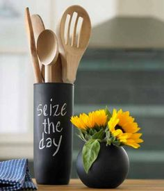 Chalkboard Vases: by Viva Terra (via design milk) Chalkboard Paint Projects, Chalkboard Markers, Chalkboard Ideas, Chalkboard Contact Paper, Chalk It Up, Crafts To Make And Sell, Creative Home, Cool Diy, Rustic Kitchen