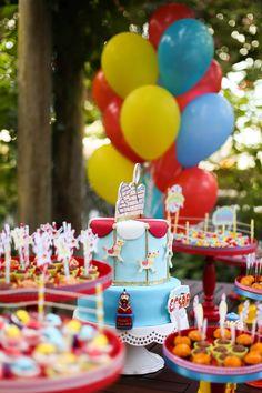 Mesa decorada com balões fofos e doces decorados com atrações do parque - César - 1 ano