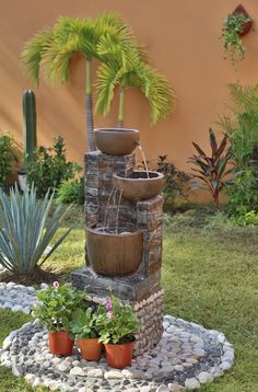 Mejora tu patio, decorando con fuentes y hermosas plantas.