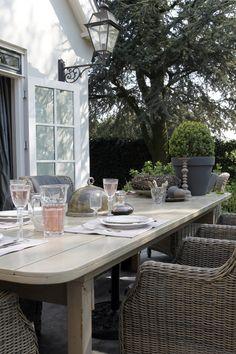 Terras met houten tafel en wicker stoelen in een landelijke tuin! <3 Terrace with dinner table and chairs in a modern country garden! #Fonteyn