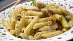 Karlos Arguiñano prepara un plato de macarrones con pollo al curry, zanahoria, cebolleta y nueces.
