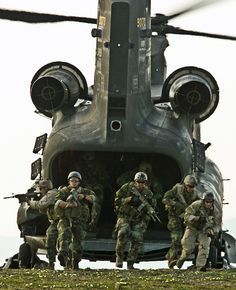 Navy SEALs and Army pilots train together. Operators from a West Coast based Navy SEAL team exit an Army Chinook during infiltration and exfiltration training as part of Northern Edge in Alaska. so I'll just put in Air force. Military Special Forces, Military Life, Navy Military, Military Service, Military Helicopter, Military Aircraft, Us Navy Seals, Special Ops, United States Navy