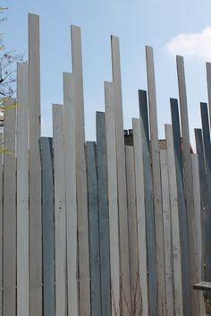 Construire une clôture pour se cacher du regard des voisins pour un peu d'intimité au jardin est très légitime.Voici une idée assez originale pour se construire rapidement un espace intime tout en étant assez tendance. Esprit récupération de bois, avec...