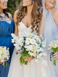 Daisy and thistle wedding bouquet | Photography: Merari