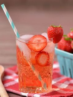 Strawberry Water-a perfect spa drink Healthy Detox, Healthy Juices, Healthy Drinks, Healthy Snacks, Easy Detox, Refreshing Drinks, Summer Drinks, Fun Drinks, Beverages