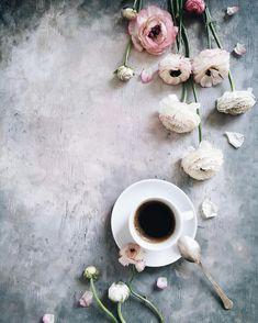 Good morning!Coffee and ranunculus ☕️ Нашла ранункулюсы в модных пудровых оттенках,а по краям видите окантовку,прямо как тонкая тесьма!Еще прочитала,что при должном уходе лютики по 3 недели в вазе стоят,надо проверить