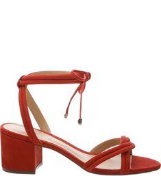 Street style: sandálias de tira se firmam como sapato do verão