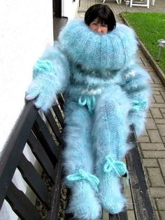It's cold outside. Fluffy Sweater, Mohair Sweater, Wool Sweaters, Sweater Fashion, Sweater Outfits, Women's Fashion, Gros Pull Mohair, Pullover Mode, Extreme Knitting