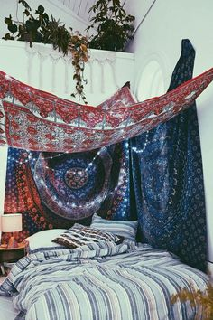 15 schöne Hipster Schlafzimmer Design Ideen A hipster is generally defined as a young middle-class urban adult who values ​​society and consumerism … Bohemian Bedrooms, Bohemian Bedspread, Boho Room, Bohemian Decor, Bohemian Style, Hippie Bohemian, Bohemian Tapestry, Girl Bedrooms, Bohemian Lighting