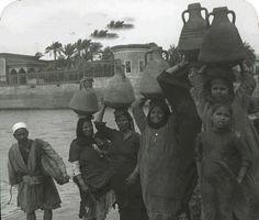 مجموعه من النساء يملأن البلاص بالمياه للشرب بين 1890 - 1910م