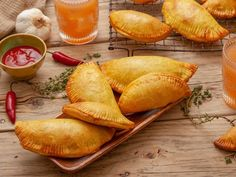 With this Jamaican beef patties recipe, you can learn how to make a popular Caribbean appetizer that is available from street vendors and restaurants. Jamaican Dishes, Jamaican Recipes, Beef Recipes, Cooking Recipes, Guyanese Recipes, Jamaican Cuisine, Jamaican Beef Patties, Jamaican Patty, Gastronomia