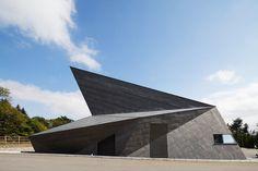 origami building, dit is een opvallend en modern gebouw en dus geschikt om op het jaarbeursplein te zetten.