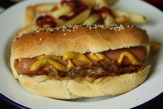 Pain à hot-dog maison et hot-dog aux oignons caramélisés