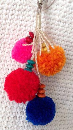 Colgante para bolso, hecho como n pompones de lana acrílica