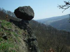 Skalný hrib Čertova skala. Andezitová sopečná bomba. Objem cca 6,5 m3, hmotnosť cca 17 t. Styková plocha má rozmery 58x38 cm. – v Budca.