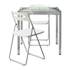 Es una mesa de color gris de acero y vidrio con dos sillas de color blanco de acero y plástico para la cocina