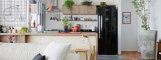 Conheça o apartamento integrado da arquiteta Renata Junqueira Leite, com tons neutros, móveis bacanas e uma decoração leve e colorida.