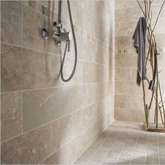 Travertine tiles: prices, installation and advice to find out everything! - Travertine tiles: prices, installation and advice to find out everything! Bathroom Flooring, Bathroom Fixtures, Travertine Shower, Natural Stone Flooring, Modern Shower, Diy Bathroom Decor, Loft Bathroom, Master Bathroom, Shower Remodel