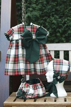Capota … Más Baby Girl Birthday Dress, Little Girl Dresses, Girls Dresses, Twin Outfits, Kids Outfits, Toddler Fashion, Kids Fashion, Baby Dress Patterns, Tartan Dress