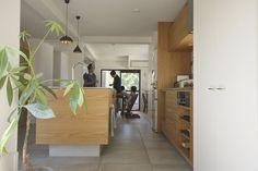 2016年モダンリビング賞を受賞したナラのステンレスバイブレーションのキッチン。吊戸棚扉:ナラ板目突板練り付け、レンジフード:H&H JAPAN、水栓器具:GROHE Minta、ガスコンロ:リンナイ DERICIAグリレ、キッチン天板:ステンレスバイブレーション仕上げ、キッチン:ナラ板目突板練り付け、オイル塗装仕上げ。