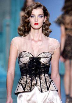 Bustier: Tipo de corsé, creado por Christian Dior, gracias a la posibilidad de descubrir los hombros que permitía la armadura sólida sobre el busto.