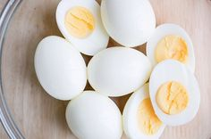 Hard boiled eggs - Healty fitness home cleaning Best Low Carb Snacks, Healthy Snack Options, High Protein Snacks, Healthy Foods To Eat, Easy Healthy Recipes, Low Carb Recipes, Healthy Snacks, Healthy Eating, Skinny Recipes