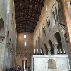 sisters in travel-tour por montalcino-montalcino-itália-abadia de sant'antimo-vista do altar para a porta