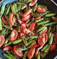 Eine neue Kategorie Veggie mit Ernährungstipps und Rezepten für Berufstätige. Grüner Spargel gebraten mit Tomaten und Sesam
