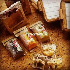 パウンドケーキとクッキーのギフトが完成しました♪ * クッキーは紙袋から出せるようになっています。 タイルを貼ったプレートの上に乗せて飾って下さいね(*^^*) パウンドケーキは三種類です♪ * 本日中にminne、メルカリへ出品します☆ よろしくお願い致しますm(__)m * * #ミニチュア #ミニチュアフード #フェイクスイーツ #フェイクフード #ハンドメイド #粘土 #ドールハウス #カフェ #男前風 #パウンドケーキ #クッキー #スイーツ #焼き菓子 #miniature #miniaturefood #handmade #clay #dollhouse #sweets #cake #cokkie