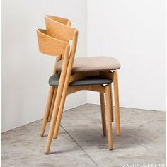 TUBE CHAIR è una pratica e versatile sedia; essenziale nella sua forma grazie anche alle finiture disponibili, trova spazio in qualsiasi ambiente e contesto.  Lo schienale avvolgente e la comoda seduta dona un sostegno e confort inaspettato per un design così minimale.