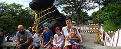 """Storia della famiglia Gangemi: papà, mamma, figli di otto, sei, tre anni e uno di otto mesi. Hanno comprato un """"Round the world ticket"""" e sono partiti a settembre: """"Adesso siamo in India, dove passeremo il Natale. Torneremo a luglio 2015, chissà in quali condizioni..."""". La loro avventura raccontata in un blog"""