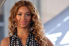 """Nascida e criada em Houston, Beyoncé fez a sua grande estreia no mundo da música com o grupo feminino Destiny's Child. Posteriormente, ela se lançaria em carreira solo, emplacando sucessos como """"Crazy in Love"""" e """"Single Ladies"""". Além da música, a diva do pop também acumulou muito dinheiro com comerciais, filmes e sua linha de roupa. Seu patrimônio atual está em cerca de US$ 470 milhões."""
